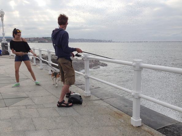 Spetters van de zee ontwijken en met je been een hongerige hond afweren.