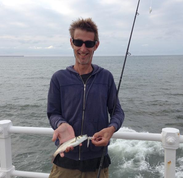 De eerste vis van de vakantie: het enige zeebaarsje.